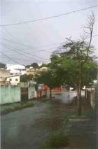 Rua Estevão de Oliveira com chuva